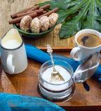 Ein Tasse Kaffee, Milch, Kekse, Schokolade auf einem alten hölzernen tabl Lizenzfreie Stockfotos