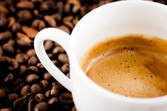 Tasse Kaffee mit Bohnen Stockfoto