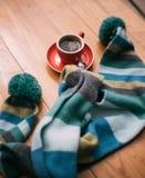 Ein Tasse Kaffee mit einem Schal Stockfotos