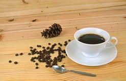 Ein Tasse Kaffee mit hölzernem Hintergrund Stockfoto