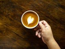 Ein Tasse Kaffee mit Herz Lattekunst lizenzfreie stockfotografie
