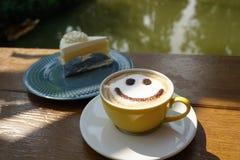 Ein Tasse Kaffee mit ist Lächeln lizenzfreie stockbilder