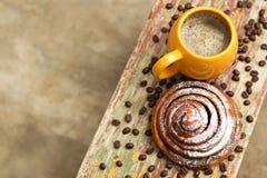 Ein Tasse Kaffee mit kanelbulle lizenzfreie stockbilder