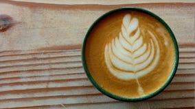 Ein Tasse Kaffee mit Latte-Kunst lizenzfreie stockbilder