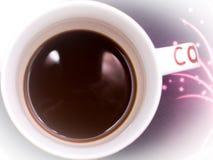 Ein Tasse Kaffee mit Milch auf einem purpurroten Hintergrund lizenzfreies stockbild
