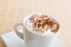 Ein Tasse Kaffee mit Sahne Stockfotos