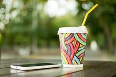 Ein Tasse Kaffee nach der Arbeit lizenzfreie stockbilder