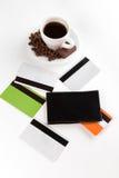 Ein Tasse Kaffee, Startwerte für Zufallsgenerator, Süßigkeit und Karten Stockfotografie