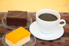 Ein Tasse Kaffee und ein Bäckereikuchen stockfotos