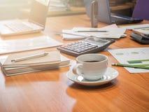 Ein Tasse Kaffee und Büroartikel im Konferenzzimmer Stockbild