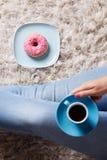 Ein Tasse Kaffee und ein Donut Stockfoto