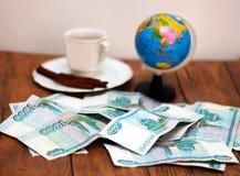 Ein Tasse Kaffee und ein Geld Lizenzfreies Stockfoto