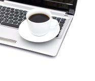 Ein Tasse Kaffee und ein Laptop lizenzfreie stockfotos