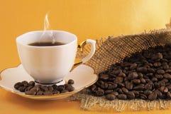 Ein Tasse Kaffee und eine Kaffeebohne stockfotografie