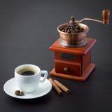 Ein Tasse Kaffee und eine Kaffeemühle Stockfoto