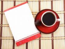 Ein Tasse Kaffee und eine Karte stockbild