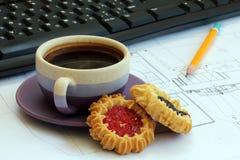 Ein Tasse Kaffee und Kekse auf dem Desktop Stockfoto