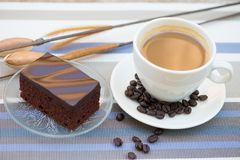 Ein Tasse Kaffee und ein Schokoladenkuchen Stockbild