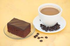 Ein Tasse Kaffee und ein Schokoladenkuchen Stockfotografie