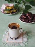Ein Tasse Kaffee und türkischen Bonbons Süßes Lebensmittel in Ramadan Stockfotografie