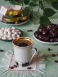 Ein Tasse Kaffee und türkischen Bonbons Süßes Lebensmittel in Ramadan Lizenzfreies Stockbild