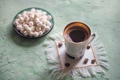Ein Tasse Kaffee und türkischen Bonbons Süßes Lebensmittel in Ramadan Stockfoto