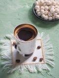 Ein Tasse Kaffee und türkischen Bonbons Süßes Lebensmittel in Ramadan Stockbild