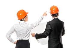 Ein Team des männlichen und weiblichen Architektenschauens Lizenzfreie Stockfotos