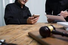 Ein Team von den Rechtsanwälten und von juristischen Beratern, die zusammenarbeiten stockfotos