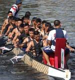 Ein Team von Marine-Seeleuten bereitet sich für Dragon Boat Races vor Lizenzfreies Stockbild