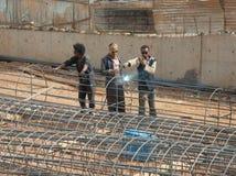Ein Team von Schweißern auf der Straße von Addis Ababa Lizenzfreies Stockbild