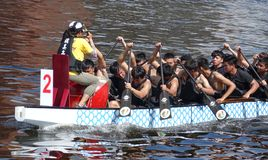 Ein Team von Studenten-Zügen für Dragon Boat Races Lizenzfreie Stockfotografie