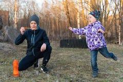 Ein Teenager in Schlagblasen eines Matrosen und eines grauen Hutes und eines M?dchens im Freien Kind-` s Portr?t lizenzfreies stockfoto