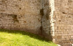 Ein Teil der Wand des Kaiser ` s Schlosses von Frederick II von Prato stockfoto