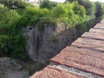Ein Teil der Wand mit roten Backsteinen stockfotografie