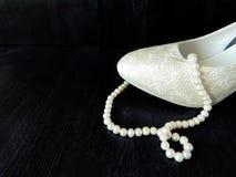 Ein Teil weiße Fersen- und Perlenperlen lizenzfreie stockbilder