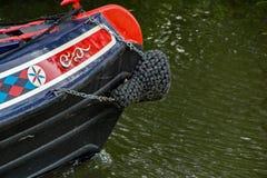 Ein teilweiser Schuss eines Kanalbootes auf dem Fluss Stort in Hertfordshire stockbild