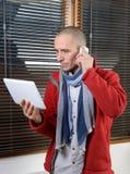 Ein Telefon des jungen Mannes Lizenzfreie Stockfotografie