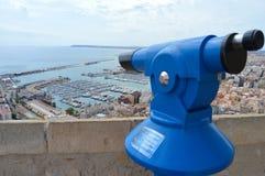 Ein Teleskop mit einer Ansicht Stockfotos