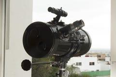 Ein Teleskop, zum der Nachbarschaft und des Himmels zu beobachten Lizenzfreies Stockfoto