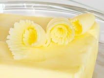 Ein Teller der Butterrotationen. Stockfotografie