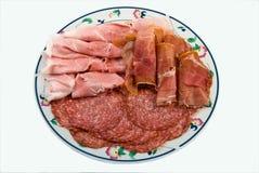 Ein Teller der verschiedenen MX geschnittenen Salami und des Schinkens Stockfoto