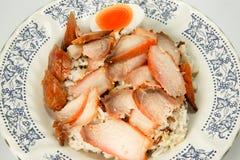 Ein Teller des Schweinebratens auf Reis ohne Soße Lizenzfreies Stockbild