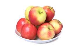 Ein Teller voll von frischen Äpfeln stockbild