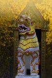 Ein Tempeldekorationslöwe vor dem Tempeltor Lizenzfreie Stockfotografie