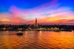 Ein Tempelmarkstein von Bangkok 'Wat Arun 'unter buntem Sonnenuntergang denken über chaopraya Fluss nach stockbilder