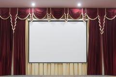 Ein Theaterstadium mit einem roten Vorhang Stockbild