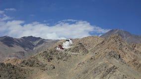 Ein tibetanischer Tempel des buddhistischen Klosters der Zeitspanne auf dem Berg stock video