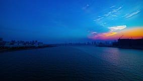 Ein timelapse des Sonnenuntergangs nahe dem bayarea in breiter geschossener Neigung Ariake Tokyo stock video
