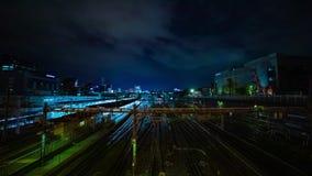 Ein timelapse des Zugs an Ueno-Station an der Nachtlangen Belichtung schoss weit Neigung stock video footage